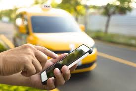 Metade dos brasileiros prefere fazer compras utilizando táxi ou transporte por aplicativo