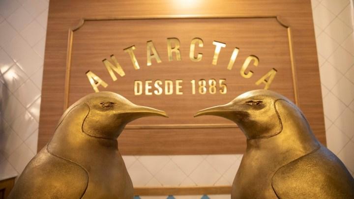 Antarctica cria escola gratuita para capacitar garçons no Rio de Janeiro