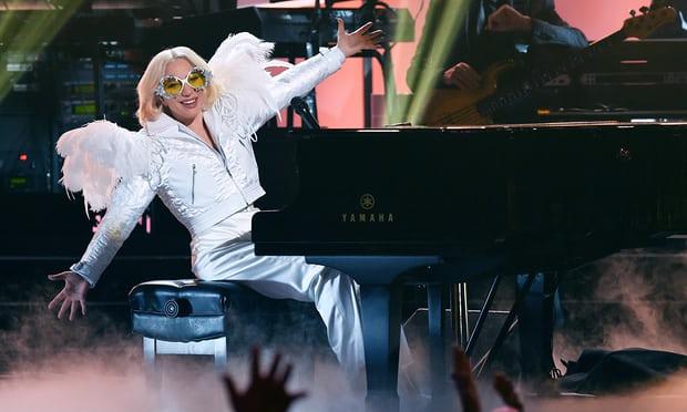 Lady Gaga surpreende pessoas em abrigo com pizza e café