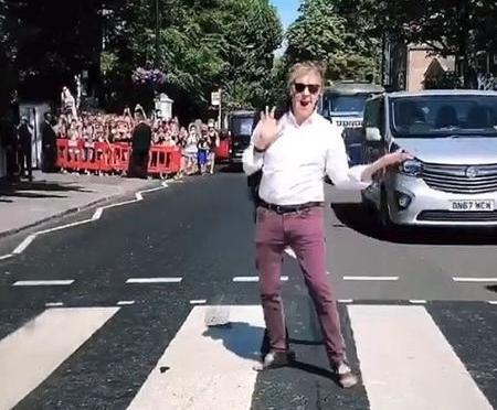 Paul McCartney atravessa Abbey Road