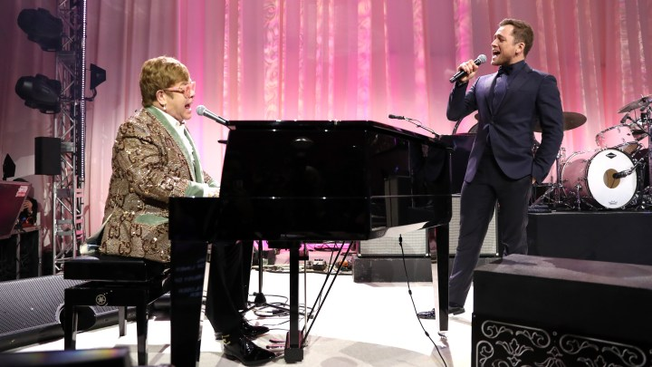Elton John e Taron Egerton cantam em festa pós-Oscar