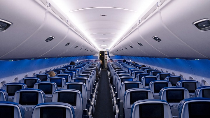 Empresas aéreas estão deixando de bloquear os assentos do meio