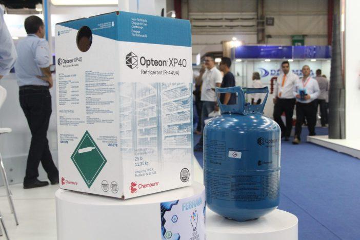 Fluido refrigerante Opteon XP40 no estande da Chemours na Febrava