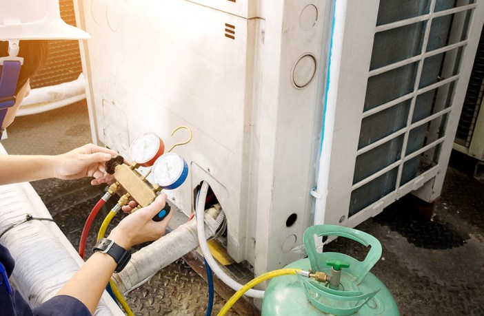 Técnico em ar condicionado realizando manutenção preventiva