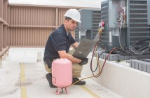 Instalador de ar-condicionado dando carga de fluido refrigerante