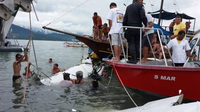 FOTOS IMAGENS-Corpo do Ministro Teori e outras 2 vítimas da queda de avião são resgatados no Rio