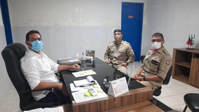 Reunião entre Léo Bandeira e Corpo de Bombeiros define segurança na orla no período de Carnaval