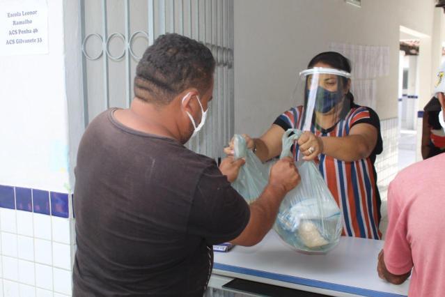 Em Borborema, Prefeitura distribui 1,5 tonelada de peixes e 4,5 toneladas de alimento com a população