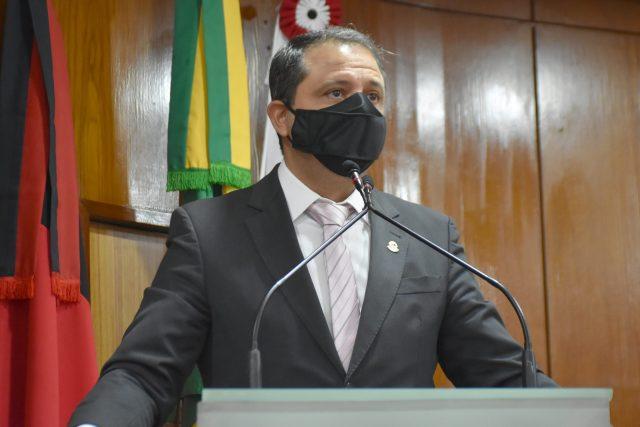 Vereador denuncia que há dois meses Cícero Lucena não paga aos prestadores de serviços da Educação
