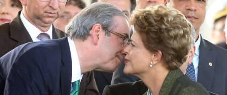 ADCU258  BSB -  16/4/2015  - DILMA / EXERCITO -  POLITICA - Presidenta Dilma Rousseff cumprimenta o presidente da Câmara dos Deputados Eduardo Cunha durante as comemorações do Dia do Exército e imposição das medalhas da ordem do mérito militar, no QG do Exército no SMU, em Brasilia.  FOTO: ANDRE DUSEK/ESTADAO