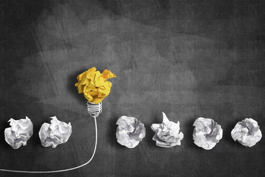 conceito de inspiracao com papeis amassados e um deles simula uma ideia representando inovacao no empreendedorismo