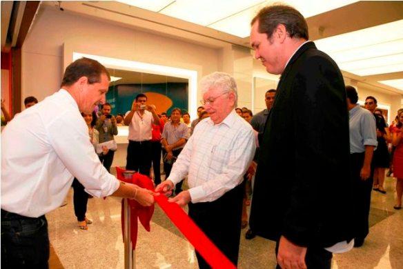 o fundador do Grupo Grararapes, Nevaldo Rocha, e o presidente da Le Biscuit, Álvaro Sant'Ana.
