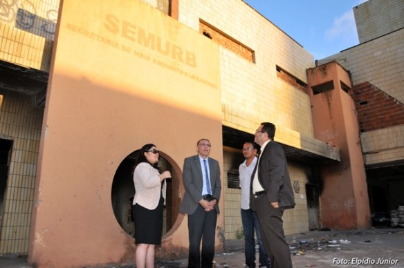 Presidente da Câmara, de gravata azul, dá uma olhada no antigo prédio da Semurb, na Ribeira,