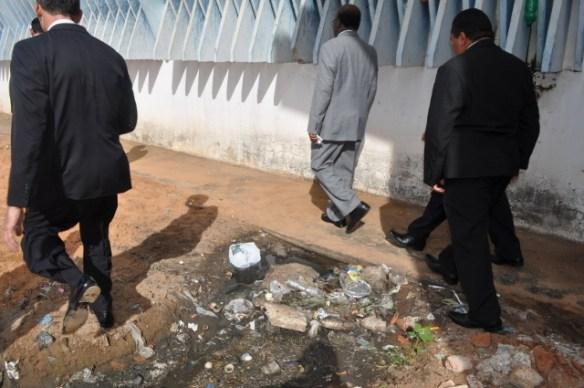 Ministro do Supremo caminha perto do lixo da prisão