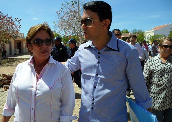 A governadora Rosalba e o padre Jocimar caminham juntos sob o sol do Seridó