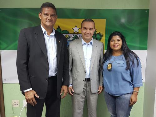Na foto, Kelps está com o presidente do Sindicato dos Policiais Civis, Paulo César de Macêdo, e com a presidente do Sindicato dos agentes penitenciários, Vilma Batista