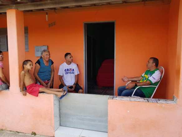De casa em casa, Kelps está visitando centenas de voluntários que inscreveram pela internet