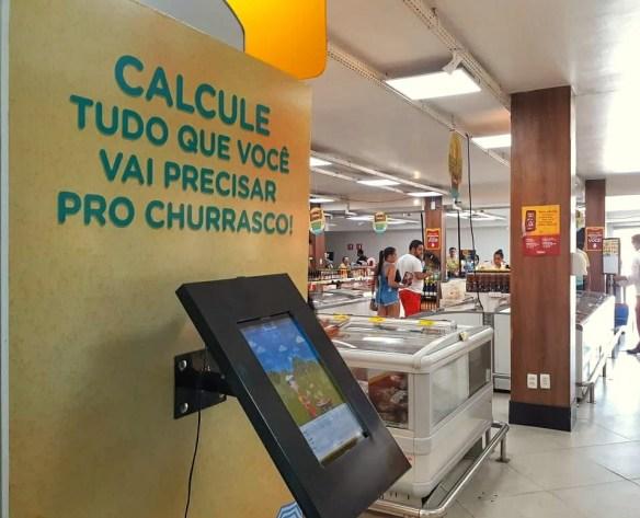 Na entrada do Lojão das Carnes o clientes calcula o quanto terá que comprar para o churrasco