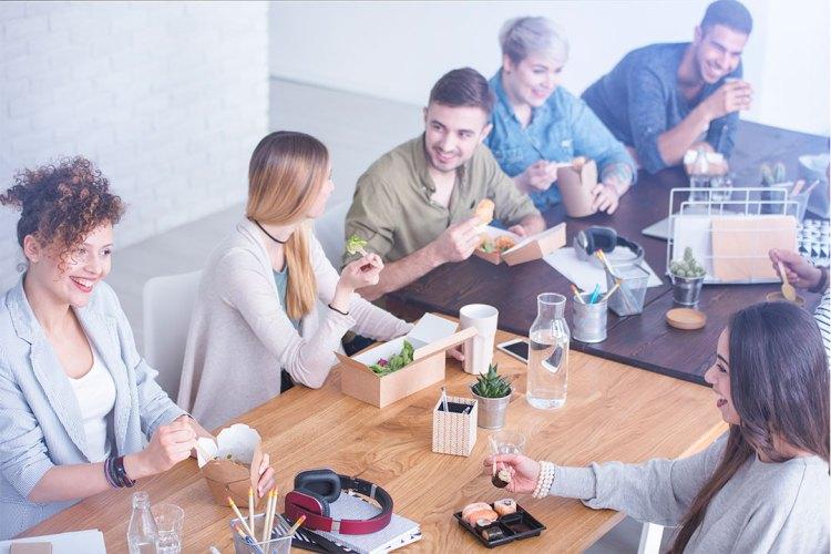 Personas almorzando en el trabajo