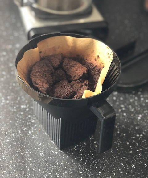 Ett använt kaffefilter med sump.