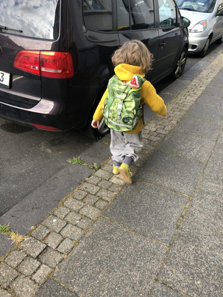 Ins Auto zum Kindergarten steigen