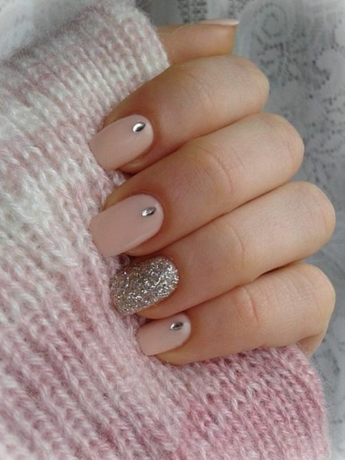 Light colored nail with a matching accent