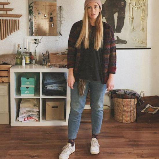 6 niedliche Retro-Turnschuhe für das Mädchen, das sie nicht trägt