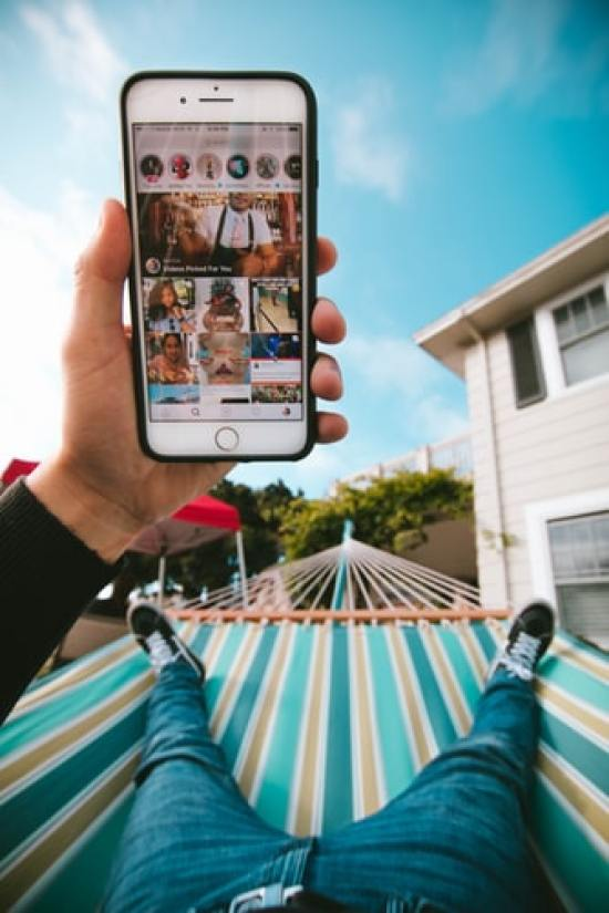 The Pros And Cons Of Being A Social Media Addict
