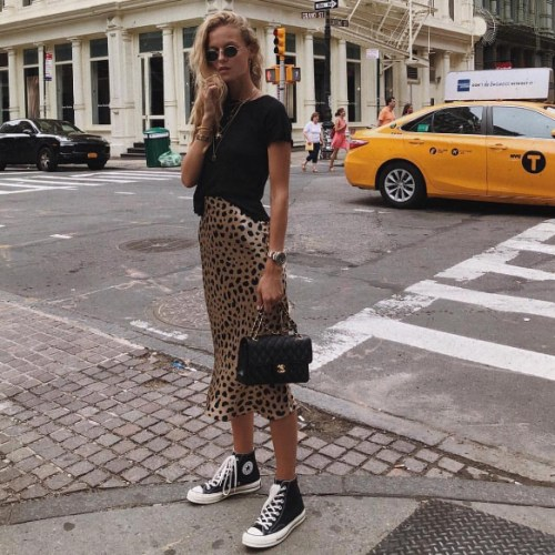 12 Outfits That Go With Sneakers