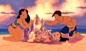 Lilo & Stitch qui crée un château de sable et qui enterre Lilo