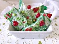 This sweet green and white chocolate candy Christmas bark will remind you of the Grinch, whose heart was two sizes too small. Perfect treat for gift giving or to satisfy a sweet tooth. #ChristmasSweetsWeek #ad #candy #grinch #candybark #srpinkles