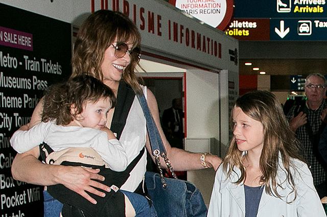 Милла Йовович провела экскурсию своим дочкам по улицам Парижа