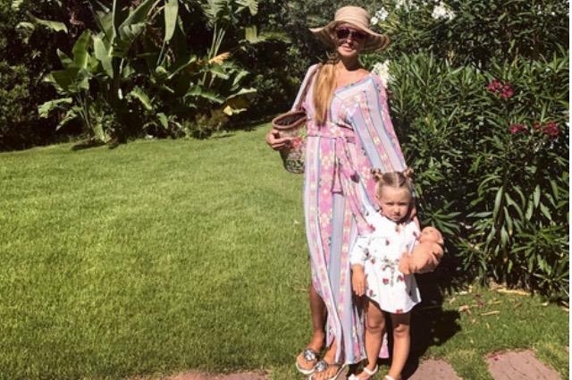 Татьяна Навка наслаждается отдыхом с дочерями и публикует снимки в бикини