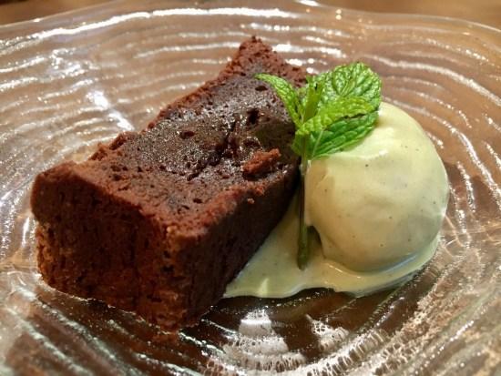 Esponjoso de chocolate y helado de pistacho