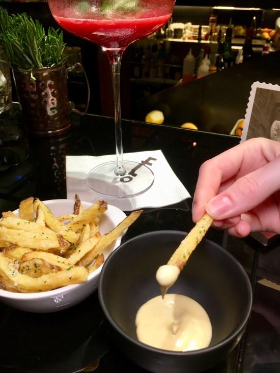 Patatas fritas al parmesano con alioli de trufa