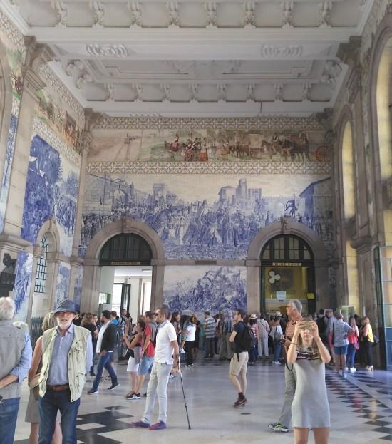 Viajeros y turistas en la estación de Sao Bento