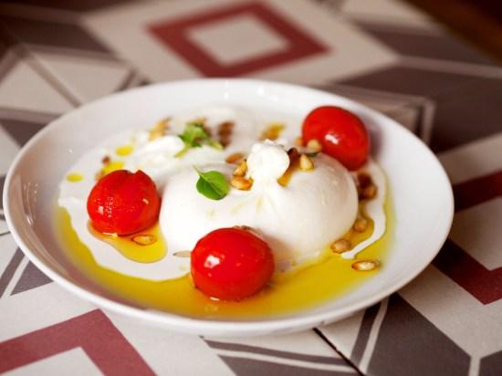 Burratina pugliese con tomates y piñones