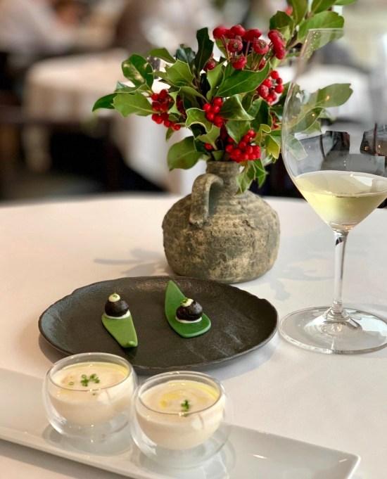 Espuma de coliflor y buñuelo de calamar con alioli