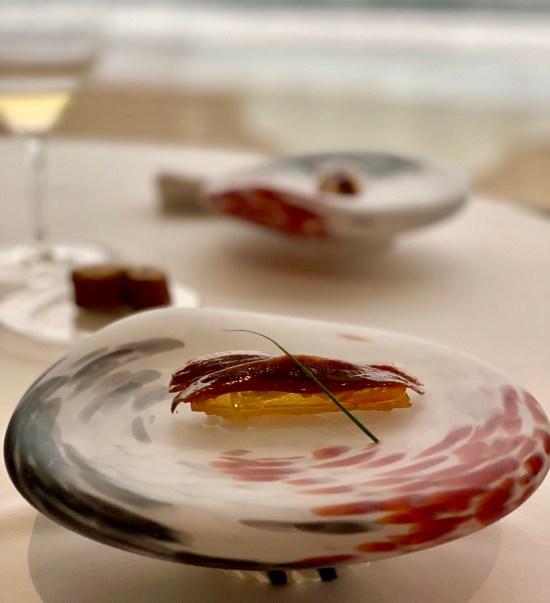 Tosta de anchoas del Cantábrico con verduras escalibadas