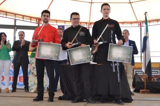 El ganador del 'cuchillo de oro, en el centro, junto a los ganadores del los cuchillos de plata y bronce