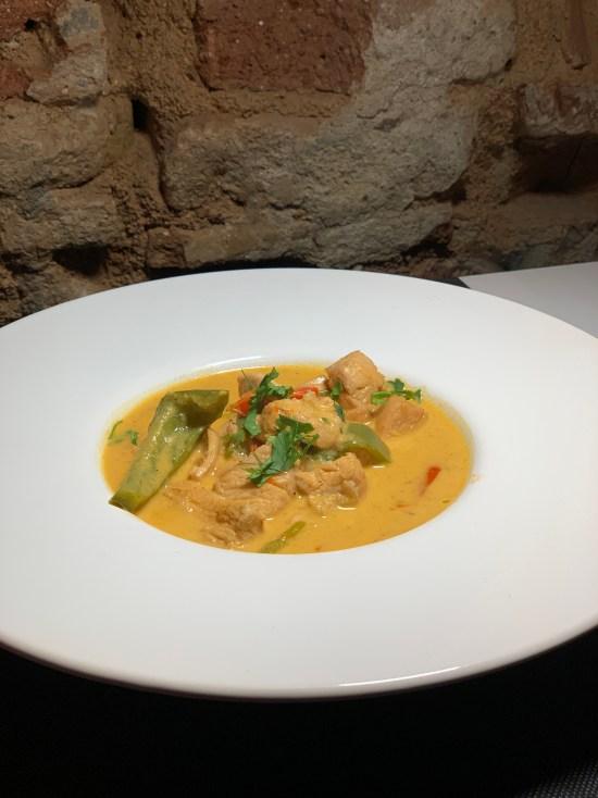 Curry rojo tailandés de pollo y verduras