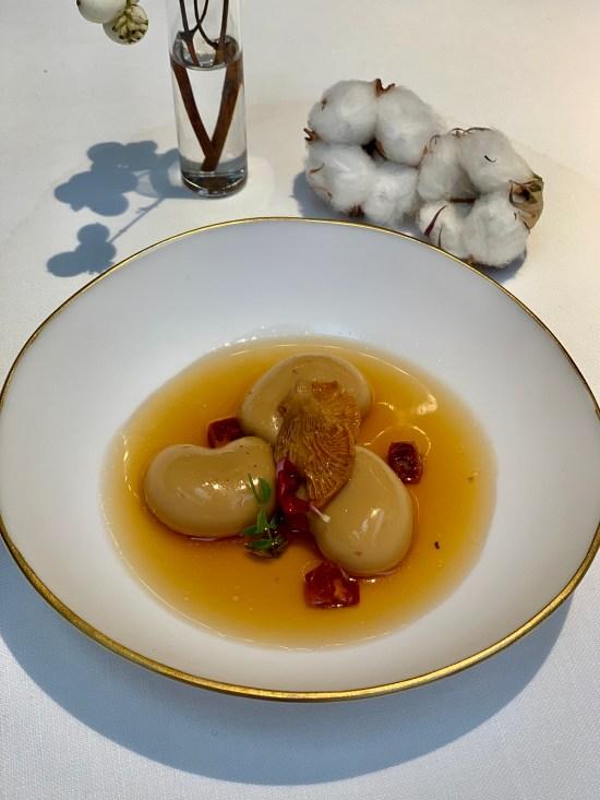 Alubias con consomé de jamón y chorizo