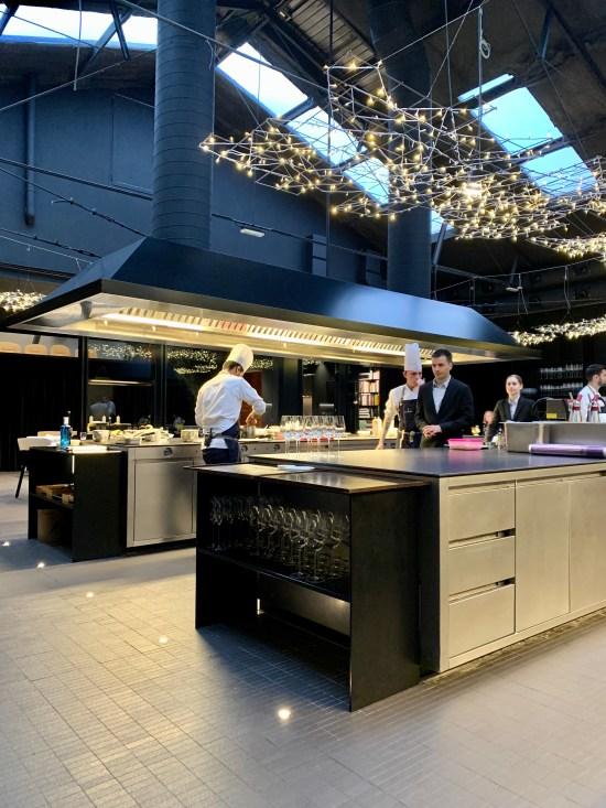 La cocina está situada en el centro del restaurante de los Hermanos Torres