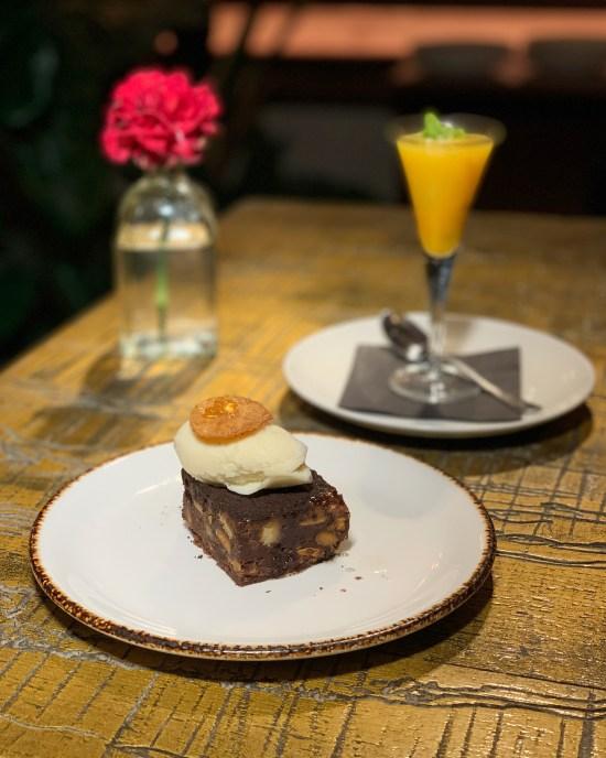 Refrescante de mandarina y maracuyá y brownie de chocolate