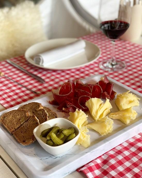 Cecina y Tête de Moine con pepinillos y pan de centeno