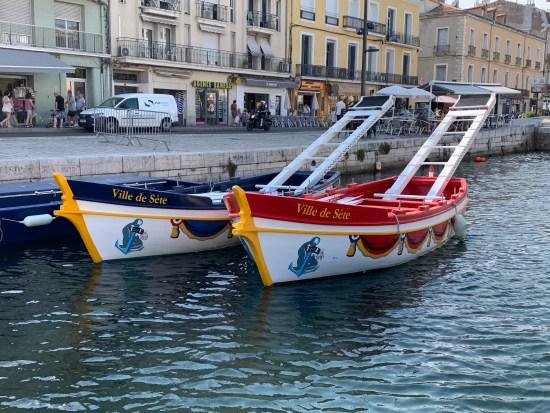 barco azul y rojo para las justas
