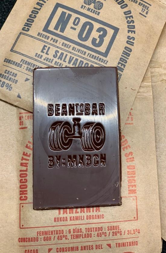 Tableta de chocolate con la marca de la casa