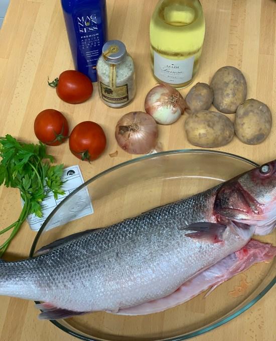 lubina Aquanaria, tomates, cebollas, patatas, sal, AOVE, perejil y vino blanco