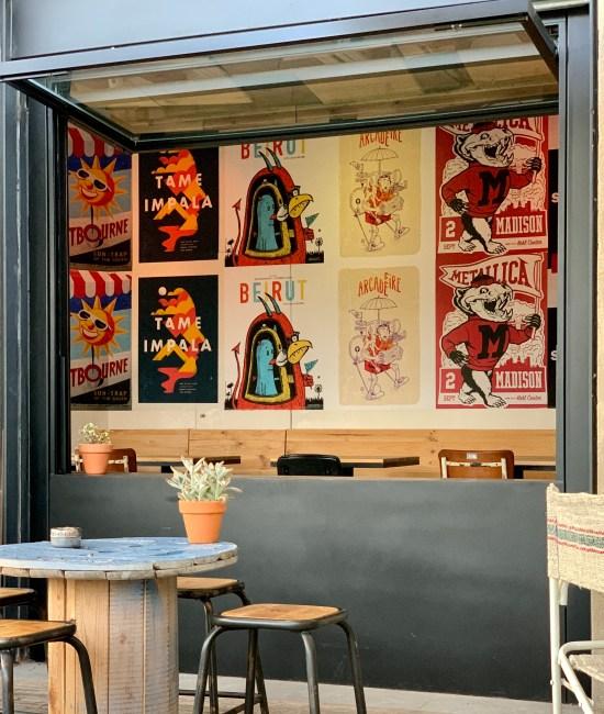 interior del Bar Maracaibo, silla, carteles, mesa, planta