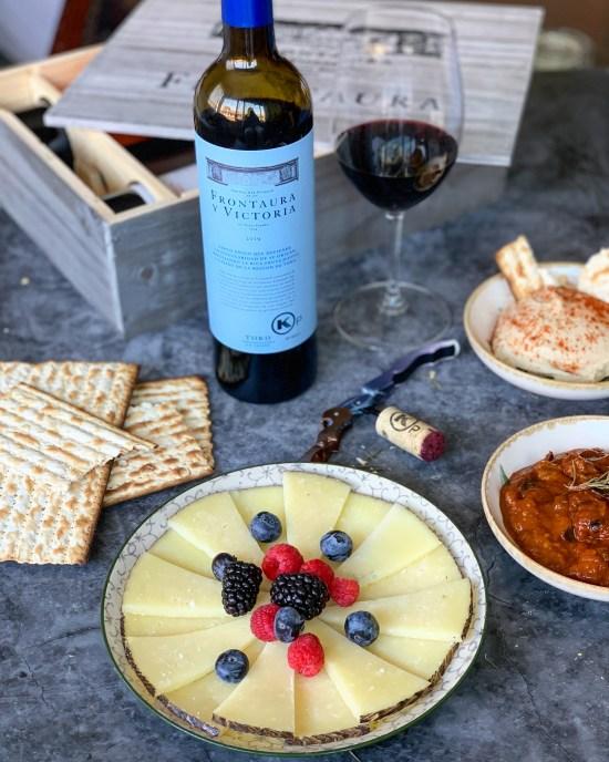 vino kosher Frontaura y Victoria de Bodegas Nexus & Frontaura en Toro, queso, frambuesas, moras, árandanos, pan ácimo, hummus,